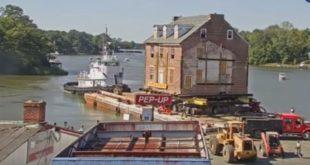 Кућа од 400 тона превезена реком на рестаурацију (видео)