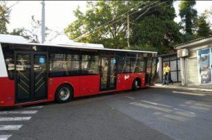 ВЕСИЋЕВИ АУТОБУСИ: Нови удес турског аутобуса, закуцао се у стуб, опет исти квар!