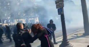 """Париз: Полиција пендрецима и сузавцем на """"жуте прслуке"""" (видео)"""