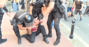 """Полиција давила младића на Геј паради, па га бацали по бетону! """"Гледај шта му раде бре""""… (видео) 10"""