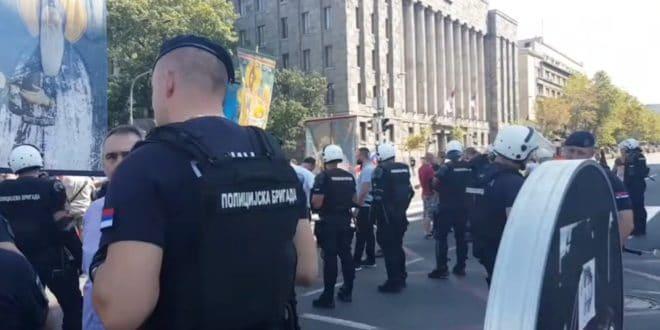 Полиција у центру Београда противзаконито блокирала Православну литију