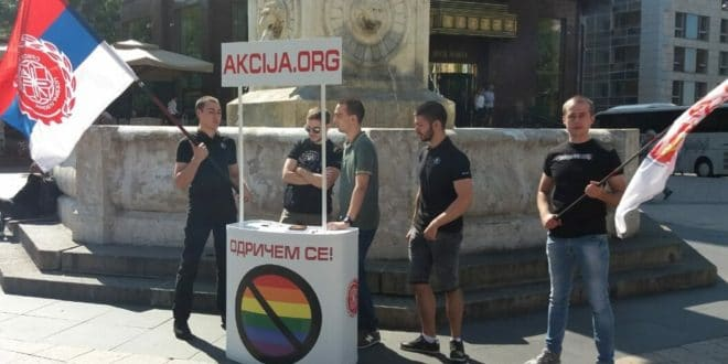 Похапшени активисти који су скупљали потписе против геј параде и лепили налепнице! Вучића називали педофилом... 1
