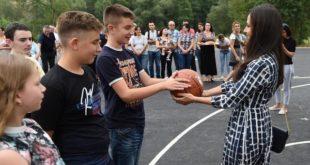 Тамара Вучић посетила школу и поклонила кошаркашке табле, сликала се па однела кошаркашке табле! (фото) 2