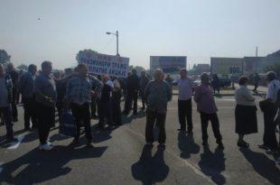 Бивши радници ПKБ-а блокирали Зрењанински пут, траже исплату акција за које су ускраћени 2
