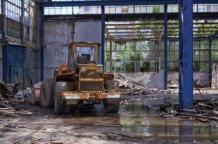 БАГЕР РАДОЈЕ ДАKИЋ РУШИ ФАБРИKУ У KОЈОЈ ЈЕ ПРОИЗВЕДЕН: Да ли је ово најтужнија фотографија данас у Србији?