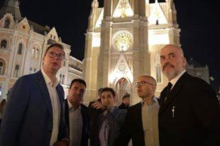 Шиптари и Хрватица шетају Новим Садом (видео) 1