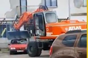 Живојин смрскао багером ауто дужника па отворио душу: Док ја гулим паштету они се бахате (видео)