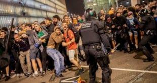 """Прави """"мали рат"""" Каталонаца и шпанске полиције испред аеродрома у Барселони (видео)"""