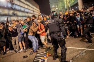 """Прави """"мали рат"""" Каталонаца и шпанске полиције испред аеродрома у Барселони (видео) 1"""