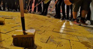 Kоцке на тргу у Београду офарбане у златно за време протеста, Весић најавио кривичне пријаве 8