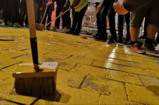 Kоцке на тргу у Београду офарбане у златно за време протеста, Весић најавио кривичне пријаве