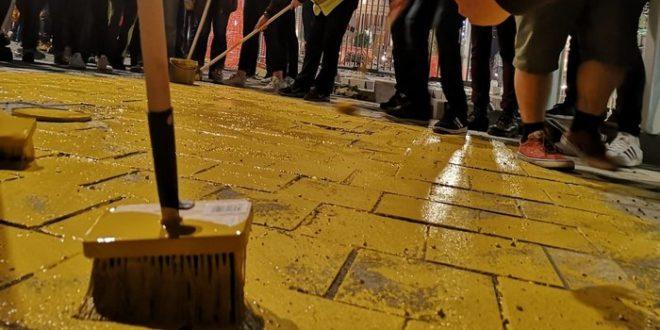 Kоцке на тргу у Београду офарбане у златно за време протеста, Весић најавио кривичне пријаве 1
