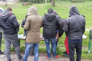 Апатинци у страху од масе мигранта којих је толико да се народ закључава у куће са првим мраком
