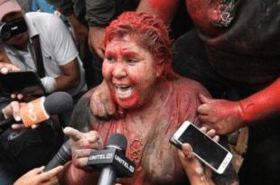 Боливија: Опозиција на сред улице ошишала и офарбала градоначелницу због лажирања избора