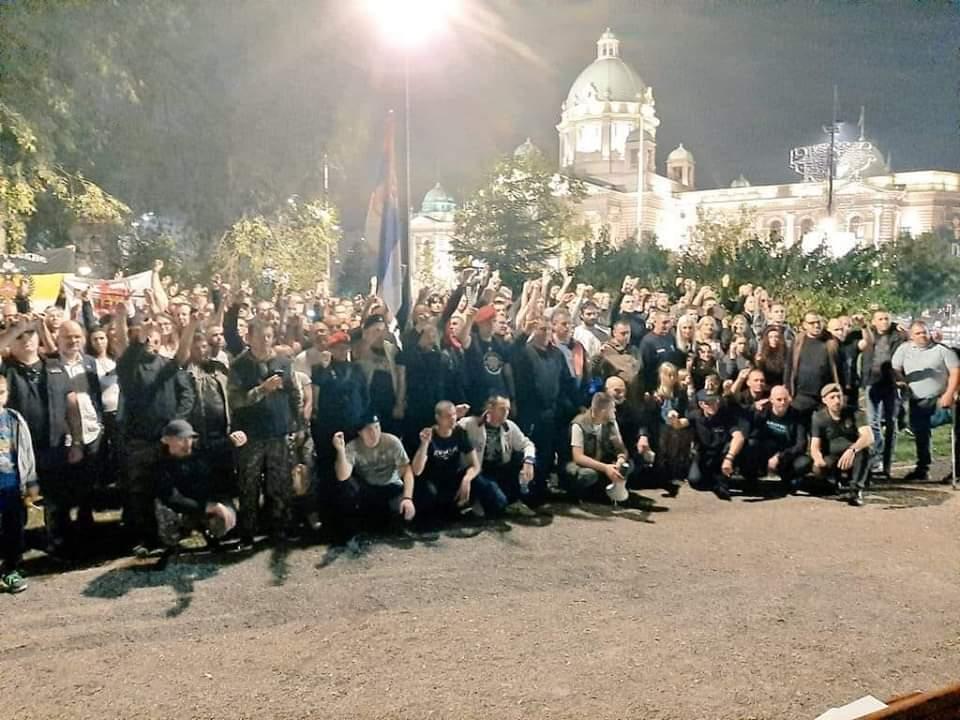 АЛО ПАЦИЈЕНТИ! Ветерани вам већ два месеца протестују у Пионирском парку! Шта ви славите?!