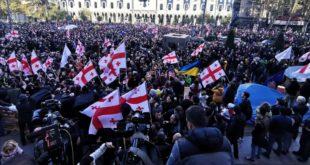 Сви против једног: Масовни протести у Грузији (видео)