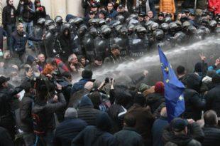 Специјалне снаге полиције растурају демонстранте у Тбилисију (видео)