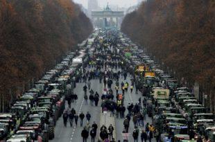 """Берлин под блокадом: Бесни сељаци са тракторима """"окупирали"""" Бранденбуршку капију (видео)"""