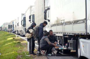 Батровци: Мигранти ножевима напали камионџије како би их превезли преко границе