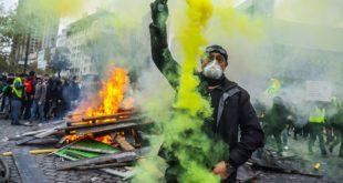 Париз у пламену: Горе аутомобили, сузавац и хапшења широм града (видео)