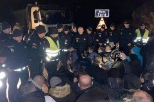 """Блокаде путева широм Црне Горе: Народ пева """"Ој, Косово, Косово"""" (видео)"""