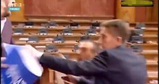 КОШКАЊЕ У СКУПШТИНИ Напредњаци напали Бошка, не дају да се прича о Миловом закону (видео)