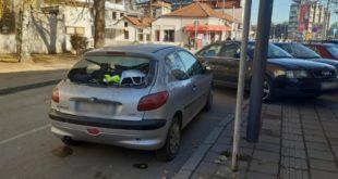 Експлозија у центру Лесковца: Оштећена три аутомобила, полупани излози