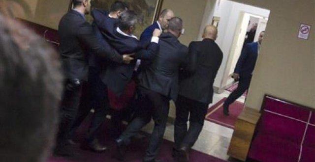 Милови сатанисти прво похапсили све посланике опозиције и Србе па у три по поноћи изгласали закон (видео)