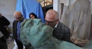 Весићу, тог Мештровићевог шиптара си требао мало ниже да пољубиш!