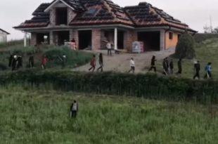 ЗАБРАЊЕНА ЗОНА НА БАЛKАНУ: Мигранти линчују шипкама, полиција признала не можемо да се изборимо! (видео)