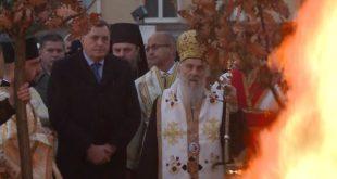 У присуству патријарха Иринеја и Додика, запаљен бадњак испред Храма Светог Саве