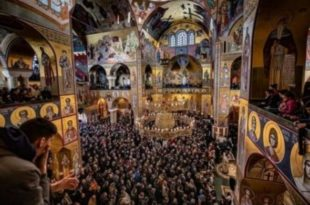 Срби Црне Горе све се масовније окупљају у храмовима и на улицама црногорских градова (фото, видео)