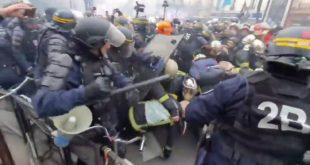 Брутални обрачун Макронових батинаша са ватрогасцима који протестују због лоших услова рада (видео)