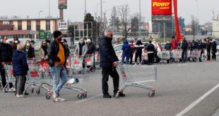Италијани опустошили трговине због корона вируса (видео)