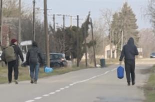 ЖАНДАРМЕРИЈА СТИГЛА У ШИД: Мигранти носе ножеве, пресрећу децу, разбијају аутомобиле и отимају новчаникe (видео)
