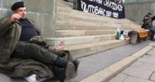 Београд: Прослављени српски ратни војни ветерани спавају испред Народне скупштине