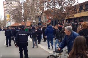Лесковачки средњошколци напали полицију током протеста против измишљене параде поноса