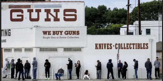 Док у Србији разоружавају: Американци пустоше продавнице оружја и муниције (видео)