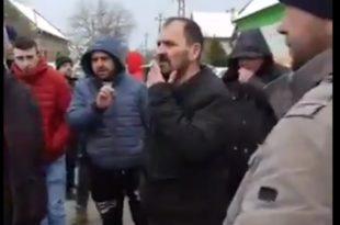 Масован протест народа у Делиблату због насељавања миграната у њиховом крају (видео)