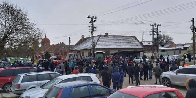 Вучић под окриљем ванредног стања и у тајности насељава мигранте по српским селима! (видео)