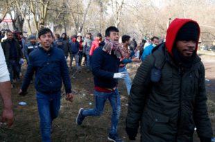 Жестоки сукоб са тзв. мигрантима на грчко - турској граници: Грчка полиција демантовала да је убијен Сиријац (видео)