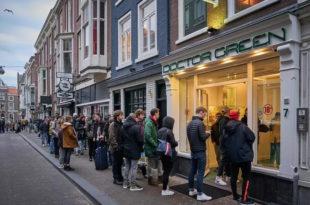 Док су Американци разграбили тоалет папир и муницију, Холанђани у редовима због марихуане (видео)
