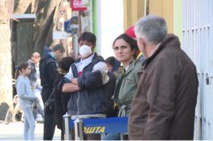 Гужва испред поште у Kикинди, полиција са разгласа упозоравала грађане