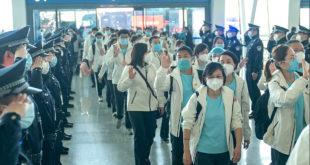 Поздрав херојима: Кинески војници салутирају медицинарима