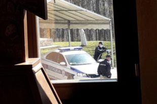 ТЕРОР САТАНИСТИЧКОГ РЕЖИМА! Полиција приводи вернике са литургије и шаље у изолацију на Сајам (фото)