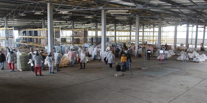 Јавне личности паковале пакете за пензионере у магацинима Рафинерије нафте Нови Сад, отишли чим су угашене камере (видео)