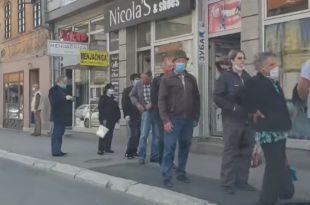 Пензионери дошли по 100 евра, редови пред банкама и поштама