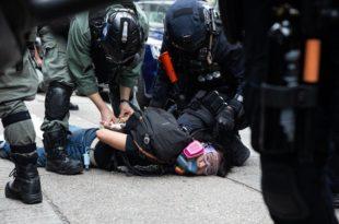 Полиција у Хонгконгу сузавцем и воденим топовима по демонстрантима, ухапшено 120 (видео)