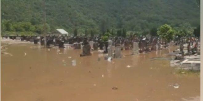 Река Топлица је у Прокупљу потпопила градско гробље (видео)