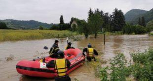 Лучани, Краљево - Водена бујица у драгачевском селу Вича потопила је на десетине домаћинстава